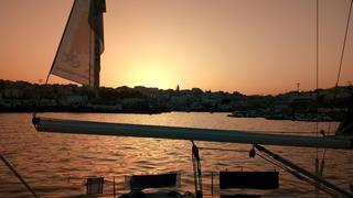 Tanger z pokładu jachtu w basenie poortowym